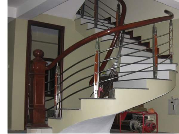 Cầu thang Inox tay vịn gỗ - Vẻ đẹp và sự sang trọng
